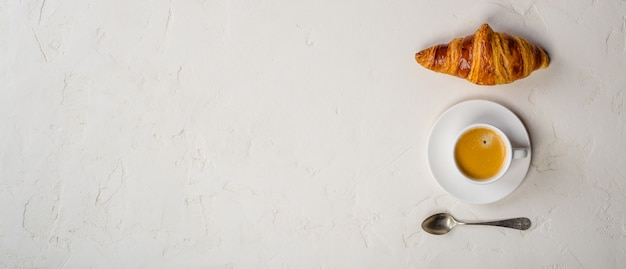 Koffie en croissant, plat liggend, bovenaanzicht