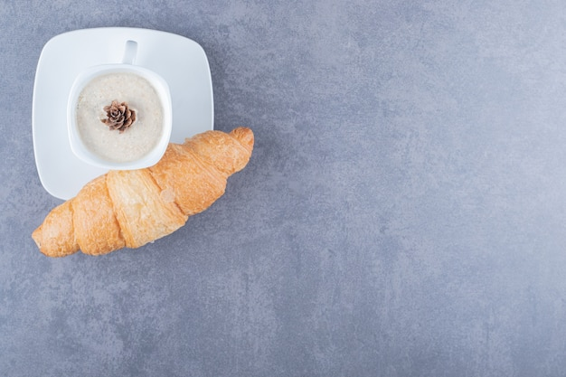 Koffie en croissants. klassiek frans ontbijt.