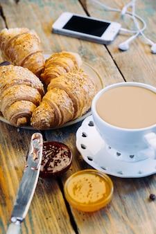 Koffie en croissants met jam. typisch frans ontbijt (petit déjeuner)