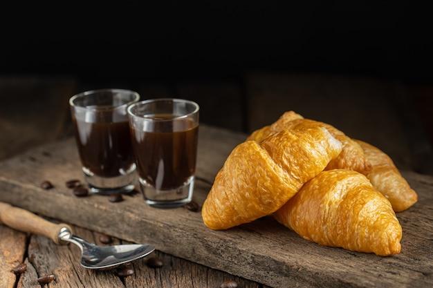 Koffie en croissants op het houten oppervlak