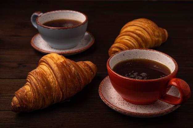 Koffie en croissants op houten tafel