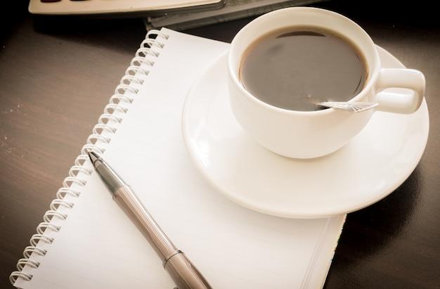 Koffie en de rekenmachine en de pen