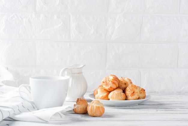 Koffie en eclairs op een witte achtergrond