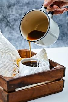 Koffie en een bord koekjes.