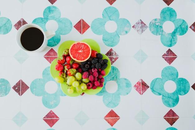 Koffie en fruitmix voor snack