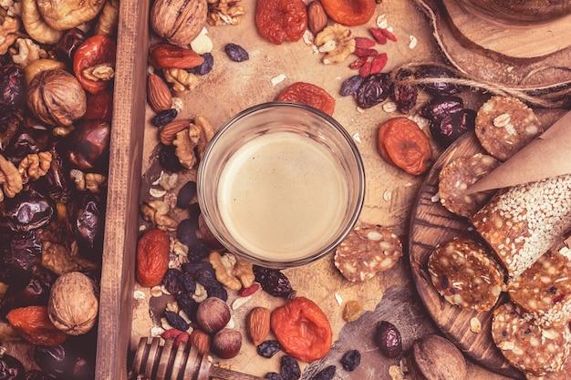 Koffie en gedroogde vruchten. hart-gezond voedsel, gedroogde abrikozen, noten, zelfgemaakte snoepjes van havermout.