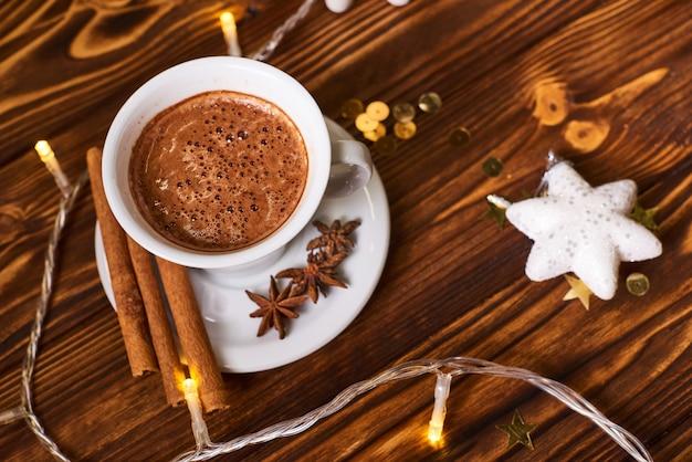 Koffie en koekjes op de bruine houten lijst met kerstmis