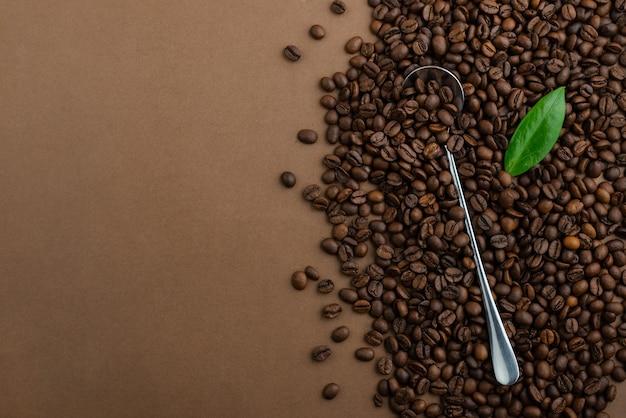 Koffie en koffiebonen op een bruine lijst