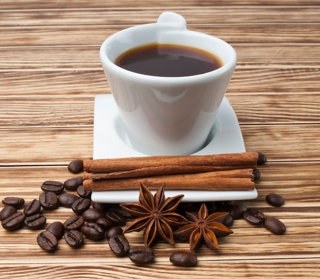 Koffie en kruiden op houten tafel