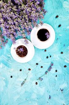 Koffie en lavendelbloem op blauw van hierboven.