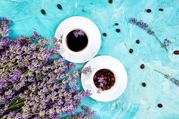 Koffie en lavendelbloem op blauwe achtergrond van hierboven.