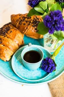 Koffie en lentebloemen