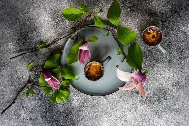 Koffie en magnolia bloemen