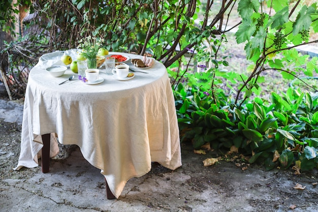 Koffie en ontbijt op tafel buiten theekransje
