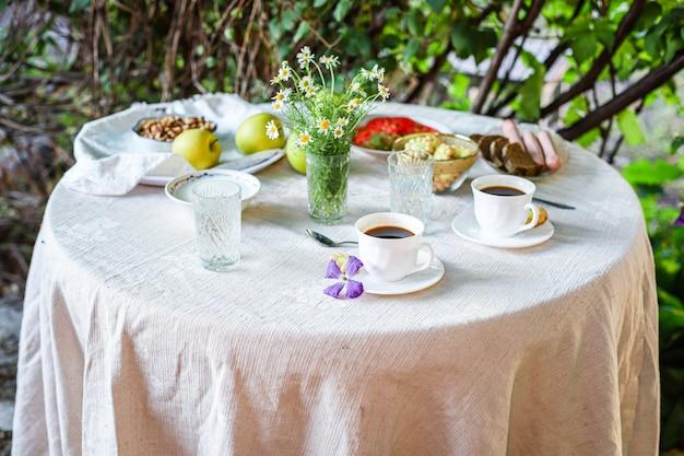 Koffie en ontbijt op tafel theekransje pauze buiten