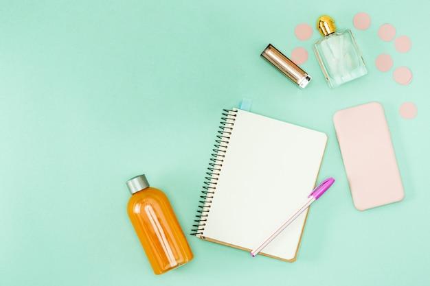 Koffie en persoonlijke spullen op het bureaublad