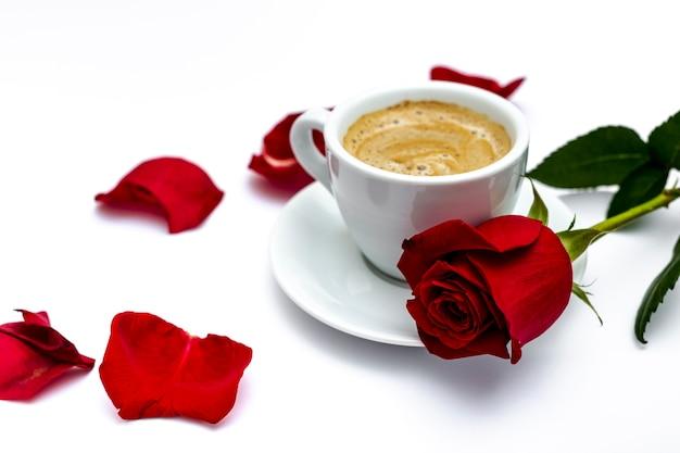 Koffie en roos met bloemblaadjes voor valentijnsdag