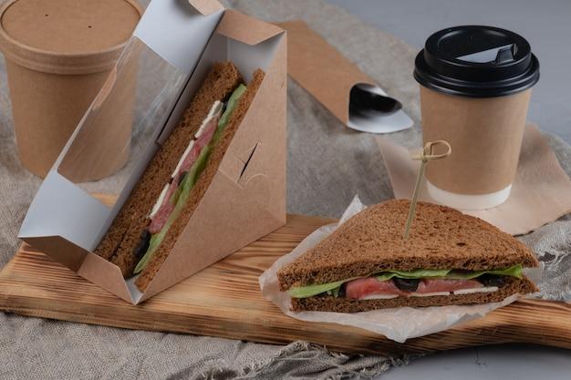 Koffie en sandwiches in ambachtelijke doos