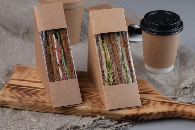 Koffie en sandwiches met verse groenten