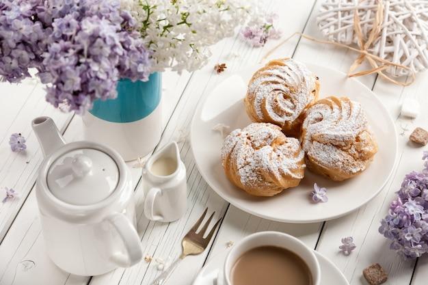 Koffie en soesjes op houten tafel