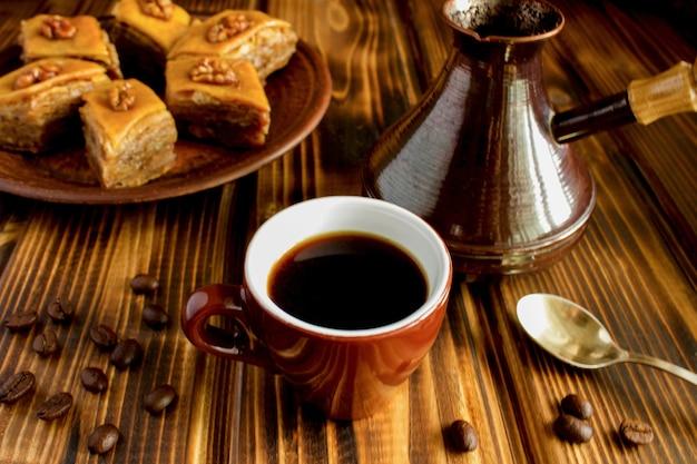 Koffie en turks fruit op bruine houten