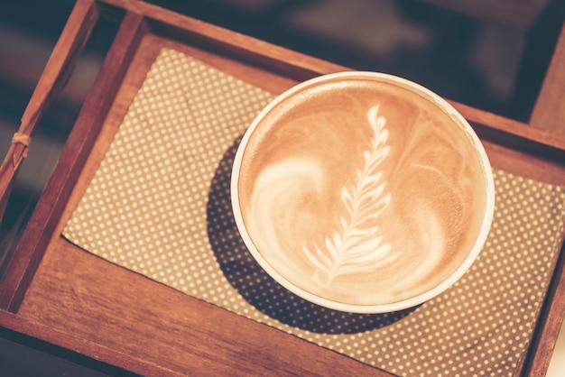 Koffie en werkplaatsatmosfeer, vintage filterbeeld