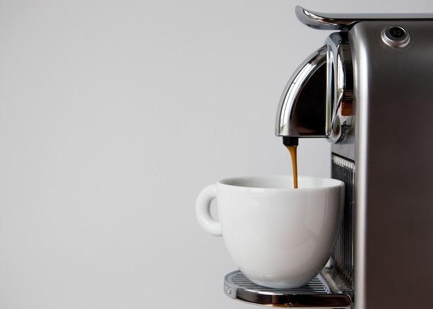 Koffie-espresso uitgieten van koffiezetapparaat