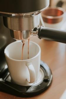 Koffie-extractie uit professionele koffiemachine