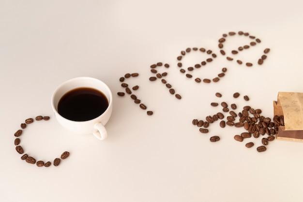 Koffie geschreven met koffiebonen