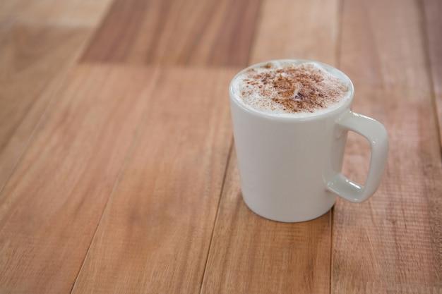 Koffie geserveerd in witte mok