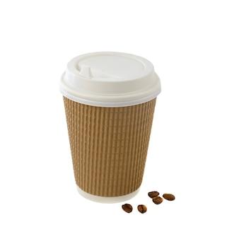 Koffie in bruine afhaalbeker met bonen geïsoleerd op een witte achtergrond