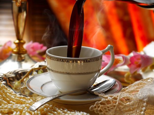 Koffie in de beker gegoten, elegante omgeving