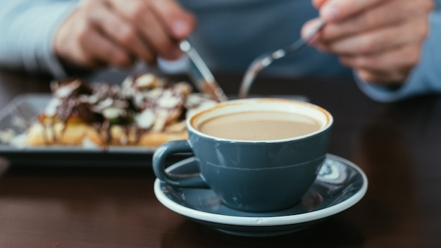 Koffie in een kopje en gebak. eetgewoontes. traditionele drank en dessert. Premium Foto