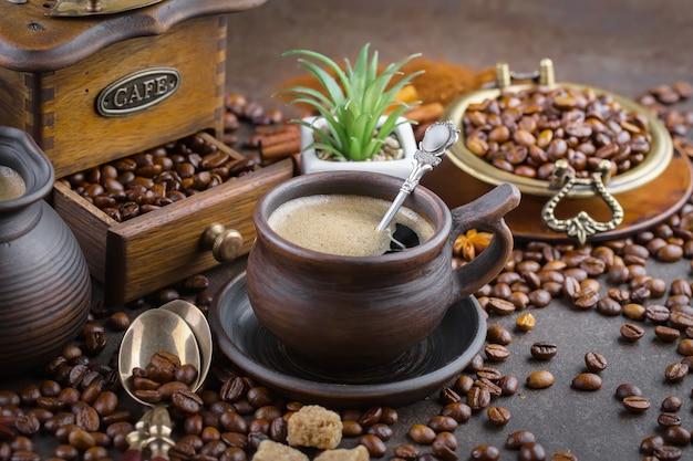 Koffie in een kopje op koffiebonen.