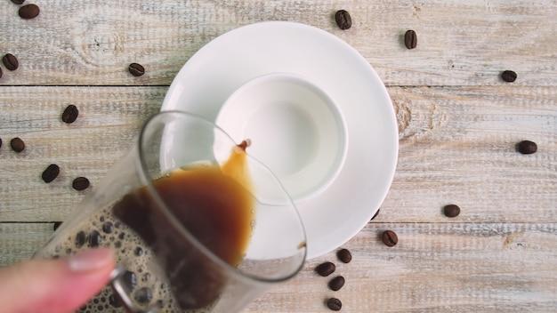 Koffie in een kopje op tafel. selectieve aandacht. natuur