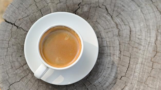 Koffie in een witte mok op een stomppatroon.