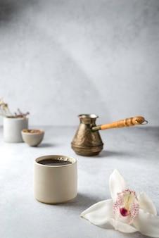Koffie in turk op een grijze achtergrond