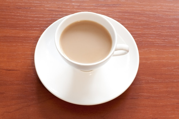 Koffie in witte kop boven tafel