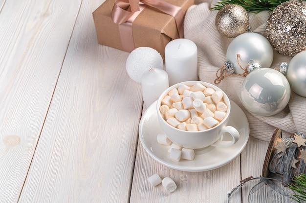 Koffie, kerstballen en kaarsen op een lichte achtergrond met ruimte om te kopiëren. vrolijk kerstfeest en een gelukkig nieuwjaar.