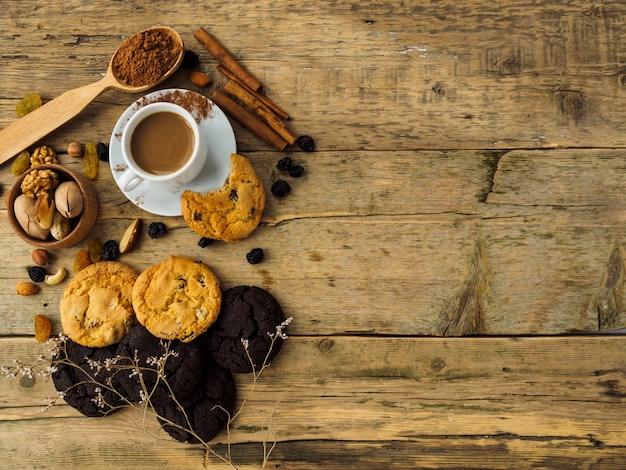 Koffie, koekjes en noten op een houten tafel. ruimte voor tekst op tafel.