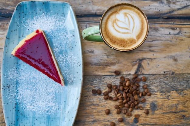 Koffie, koffiebonen en cheesecake op een tafel