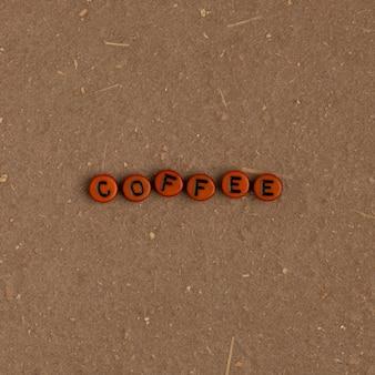 Koffie kralen tekst typografie op bruin