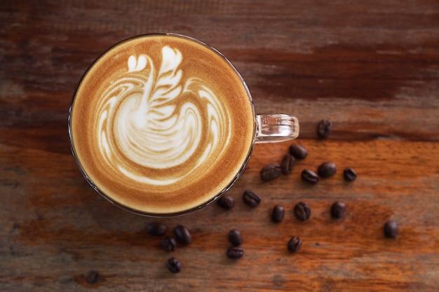 Koffie latte kunst op houten tafel