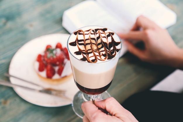 Koffie latte melkschuim dessert chocoladesiroop