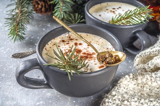 Koffie latte met dennennaalden en dennenappeljam, trendy biologische winterkoffie warme drank met slagroom.