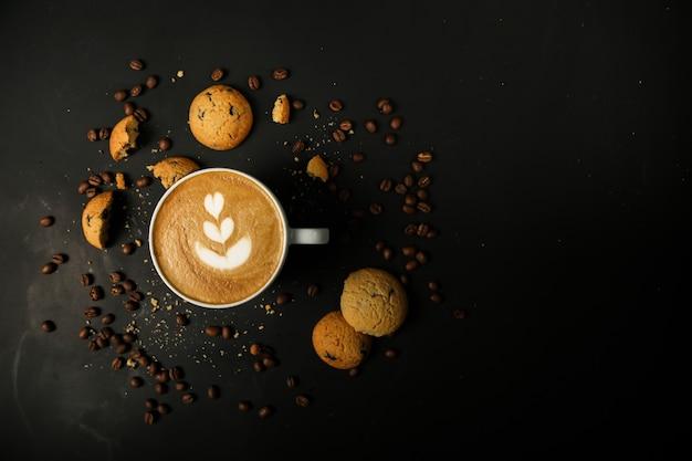 Koffie latte met koekjes en koffiebonen