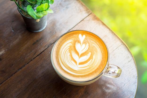 Koffie latte op houten tafel