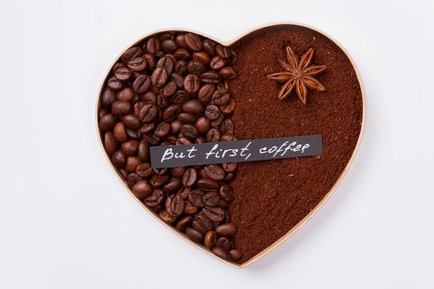Koffie liefde concept. decoratief hart geïsoleerd op wit. maar eerst koffie.