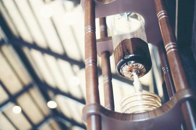 Koffie maakt concept met druppelen, gefilterde koffie of overgieten