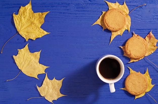 Koffie met havermoutkoekjes en gele herfstbladeren
